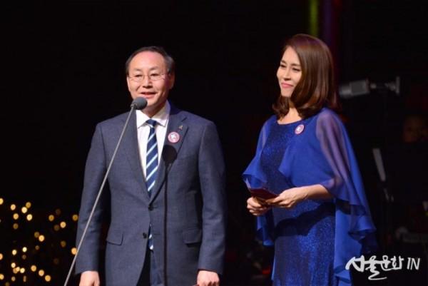 한국뮤지컬어워즈 대상_시상자 박종관 한국문화예술위원회장, 최정원.jpg