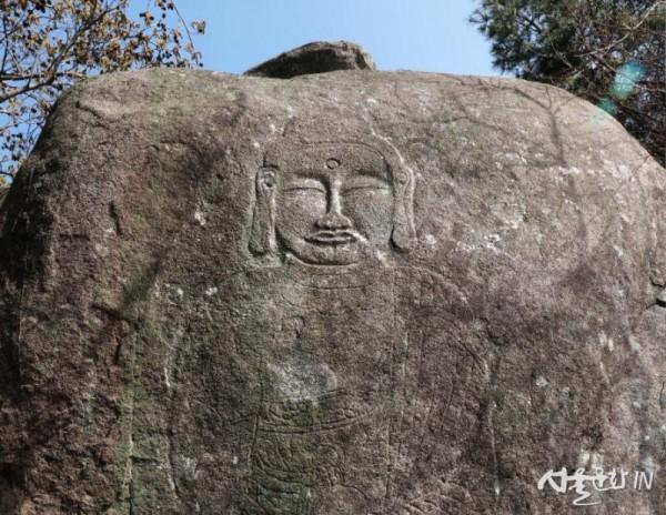 경남 고성 거류산에서 발견한 마애약사불좌상(상반신).jpg