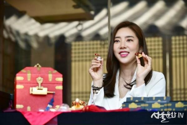 가수 손담비가 조선왕실의 어보 기념메달 시리즈 3차