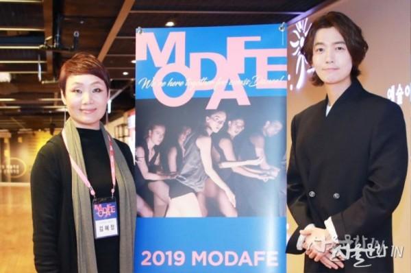 2019 모다페 김혜정 조직위원장이 모다페 홍보대사 배우 정경호씨와 함께 포즈를 취하고 있다.jpg