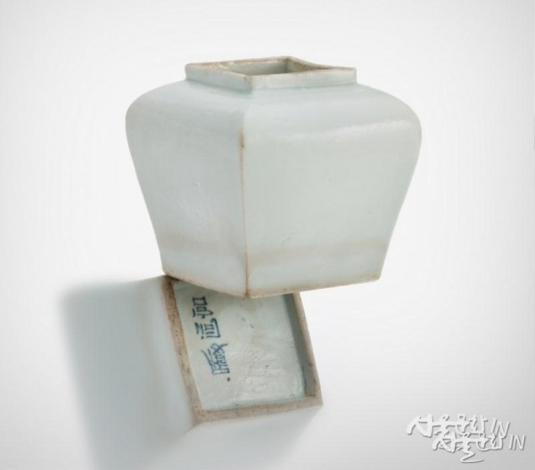 백자이동궁명사각호(높이 10.2㎝,  조선 19세기)  01-1.jpg