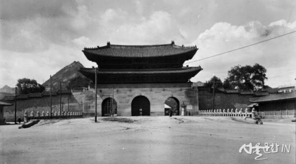 광화문(중앙박물관-1916년경 촬영)_부분.jpg