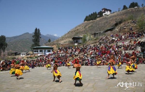부탄의 다메체의 가면북춤.jpg