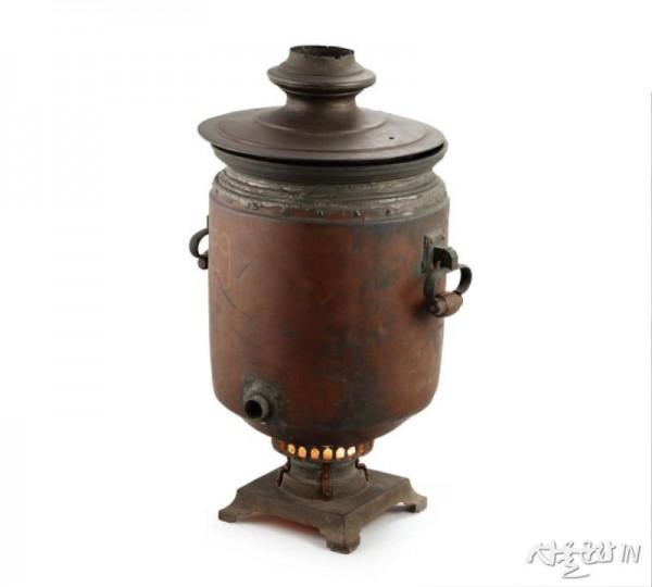 차를 마실 때 물을 끓이는 용도로 사용했던 러시아식 온수통(사모바르).jpg
