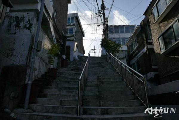 1. 기택 동네 계단.JPG