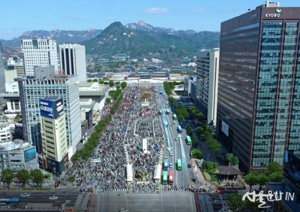 집회 시위 시 비상대중교통로로 활용되는 편도방향 차로.jpg