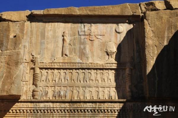페르세폴리스 73 왕묘에 새겨진 조로아스터교의 아후라 마즈다의 상징.jpg