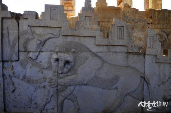 페르세폴리스 24 황소는 달을 상징하고 사자는 태양을 상징한다고 한다..jpg
