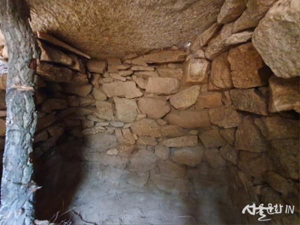 양양 후포매리 고분군 무덤방 내부(남쪽에서).jpg