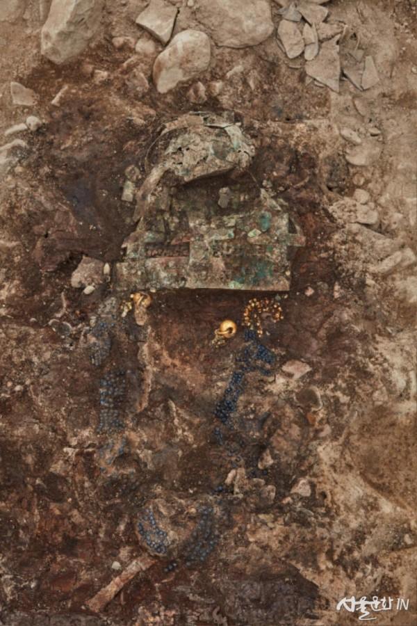 120-2호분 금동관, 금드리개, 금귀걸이, 가슴걸이 노출 모습.jpg
