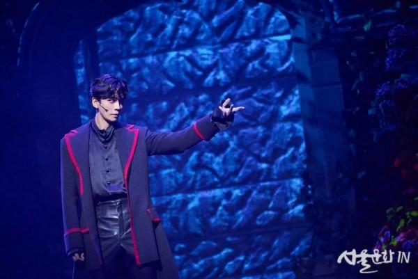 [21드라큘라] 공연사진_1막 9장 Lucy _ Dracula-1_신성록 (제공.오디컴퍼니(주)).jpg