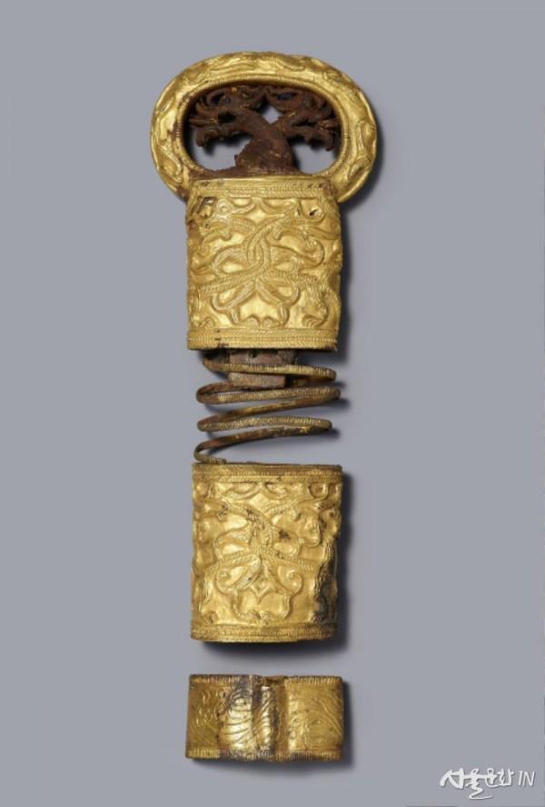 쌍용무늬 둥근 고리 칼 손잡이 장식.jpg