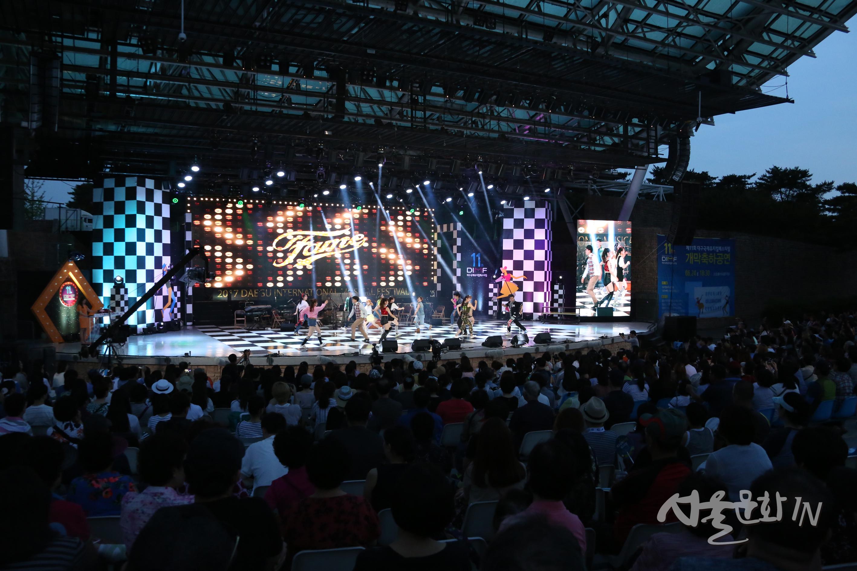 [공연축제] 18일간의 뮤지컬 축제 DIMF 개막... 알찬 무료 '부대행사'도 놓치지 말자!