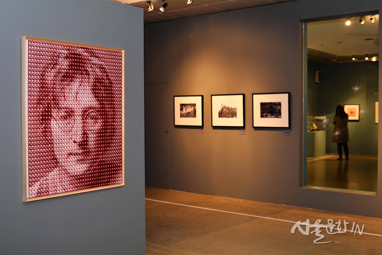 [전시] 존 레논, 위대한 아티스트를 넘어 그의 삶과 메시지에 주목하다.