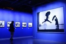 문화의 수도 파리, 세계적인 매그넘 사진작가 40명을 통해 만나다.